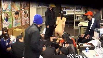 会社がジャック!犯人の要求で女子社員は同僚の前で羞恥プレイサンプル3