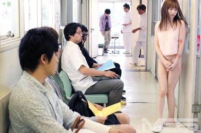 病院で下半身だけ裸3