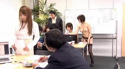 オフィスに一人だけ全裸の女性がいるCMNFサンプル10