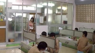 ビキニ姿で男湯に入って体育会系男子学生と初めての密着泡洗体サンプル7