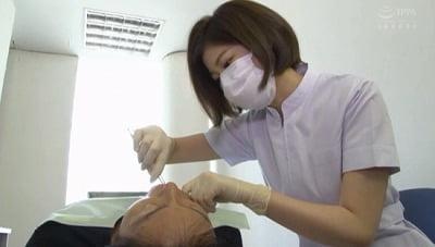 美人歯科衛生士の顔と脇が迫ってきて欲情したら手袋手コキされたサンプル17