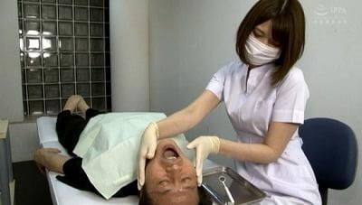 美人歯科衛生士の顔と脇が迫ってきて欲情したら手袋手コキされたサンプル23