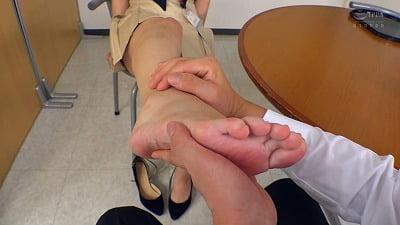 会社で足フェチがバレる!職場の女性部下の足コキで射精する僕サンプル5