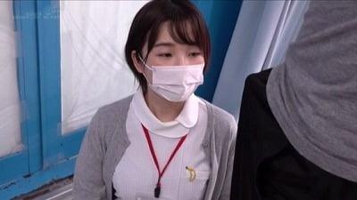 ナース服を来た看護師に声をかけて男性器合法露出!射精手伝いサンプル1