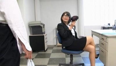 OLの逆襲!地味なオフィス事務員が足フェチペニバン痴女プレイサンプル1